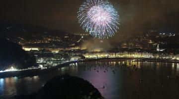 GRA195. SAN SEBASTIÁN. 09/08/2014.- La colección de la pirotécnia madrileña Vulcano es la encargada de inaugurar hoy el 51 Concurso Internacional de Fuegos Artificiales de la Semana Grande de San Sebastián. EFE/Javier Etxezarreta.